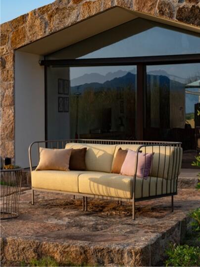 Jak urządzić taras? Miejsce do wypoczynku z sofą ogrodową.